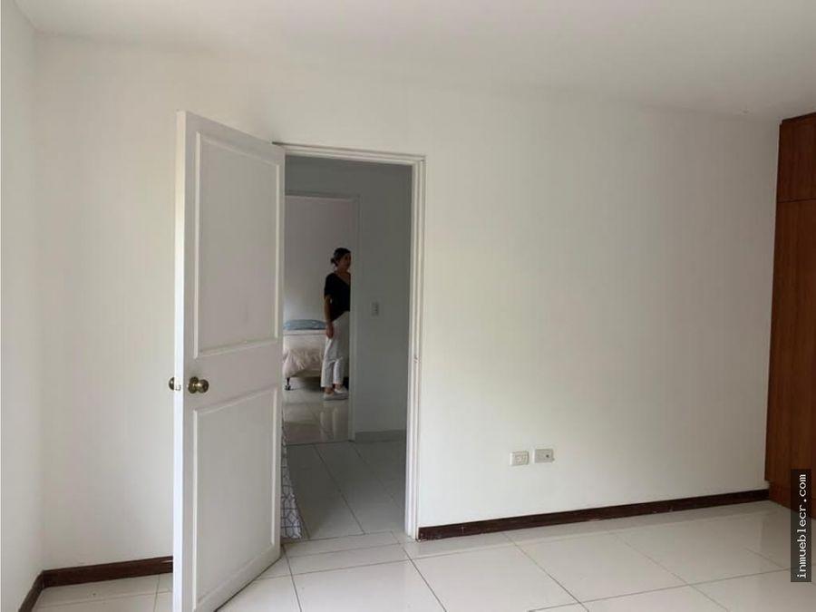 amplia casa con seguridad