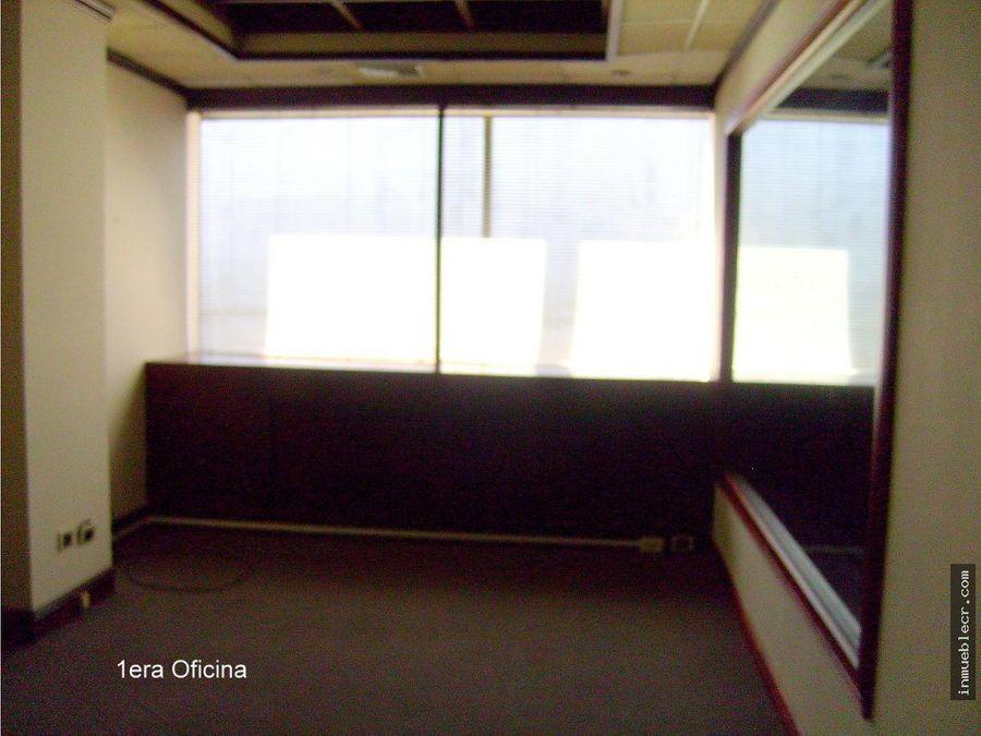 oficina con mobiliario