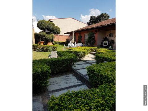 casa con amplios jardines