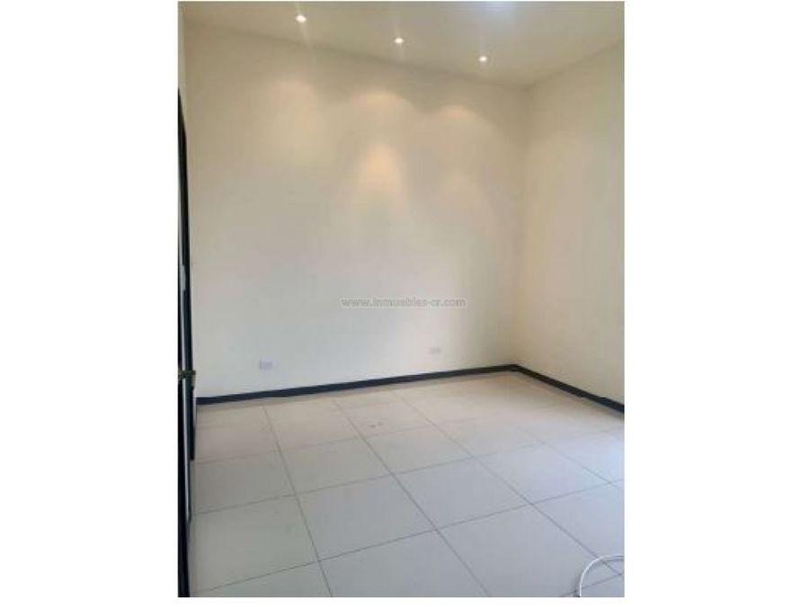 apartamento con una sala amplia