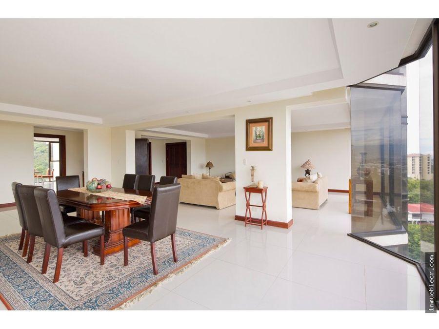 espacioso apartamento con grandes ventanales sin muebles