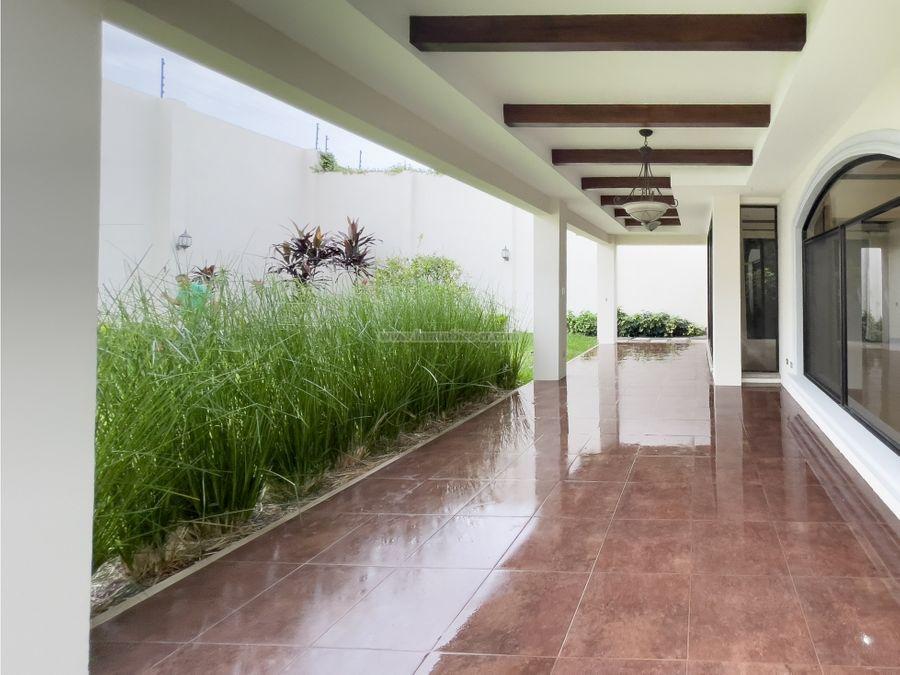 condominio con gran patio