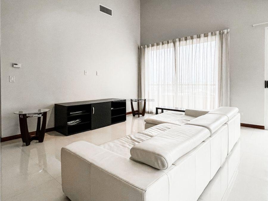iluminado y amplio apartamento amueblado