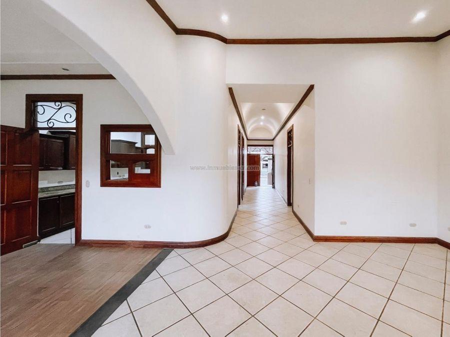 hermosa casa en venta de un nivel en guachipelin de escazu