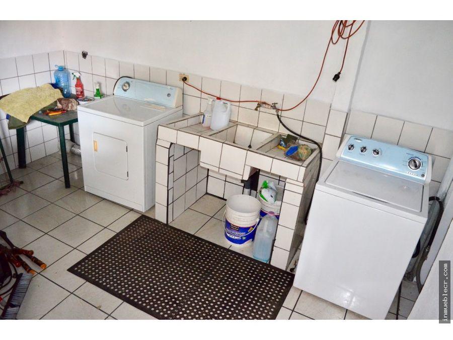 propiedad con 5 apartamentos y una casa