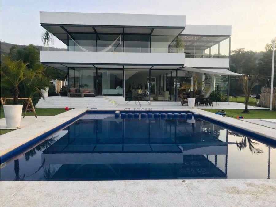 casa moderna a la orilla del lago