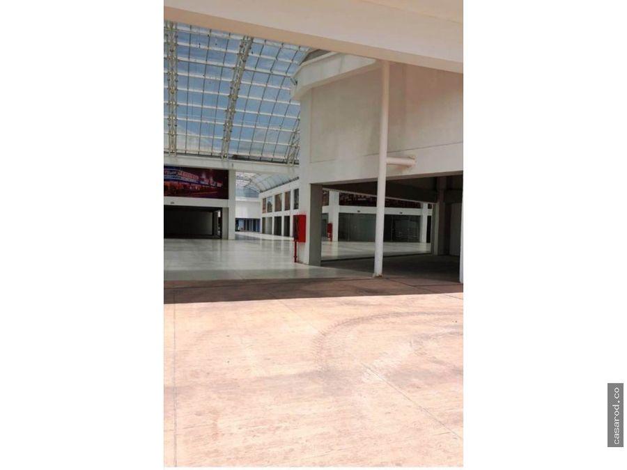 inversionista vendo local en centro comercial y empresarial