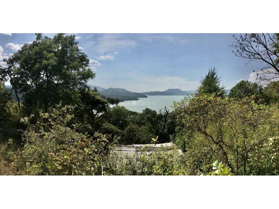 terreno con vista al lago y bosque