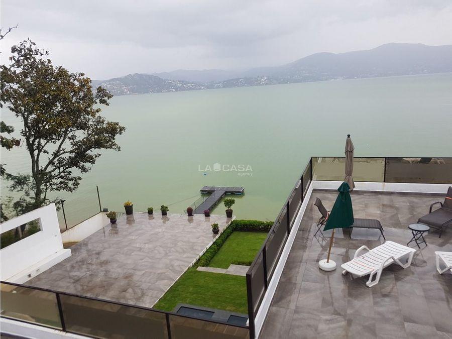 casa estilo moderno con acceso al lago