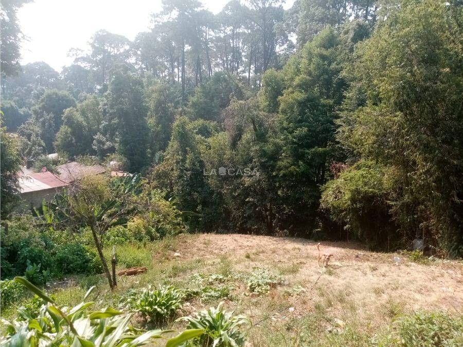 bonito terreno con vista al bosque y manantial