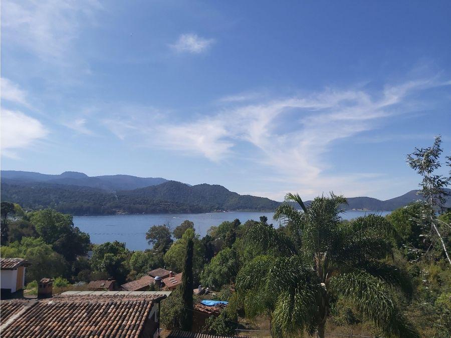 condominio con vista al lago