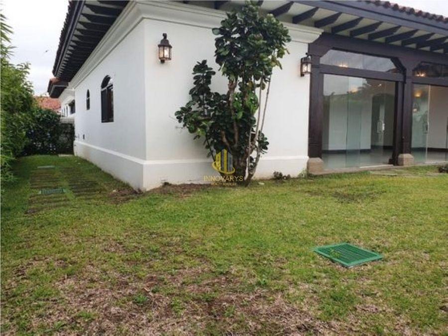 casa con amplios jardines en venta bosques de lindora