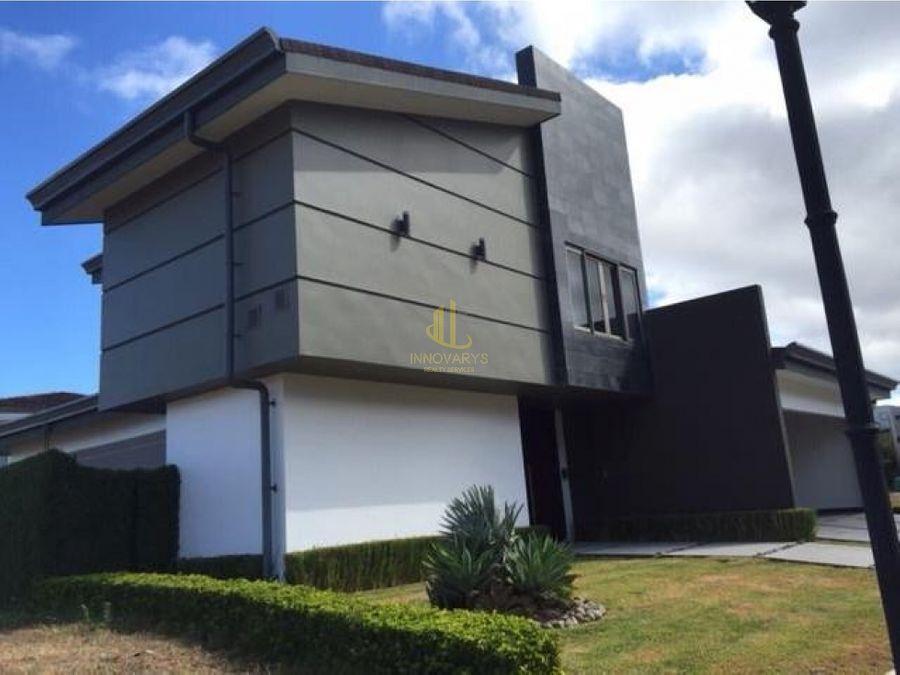 moderna casa de 4 habitaciones en centrico condominio santa ana