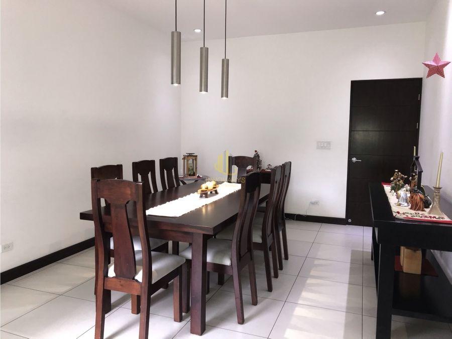 casa contemporanea en exclusivo y centrico condominio en santa ana