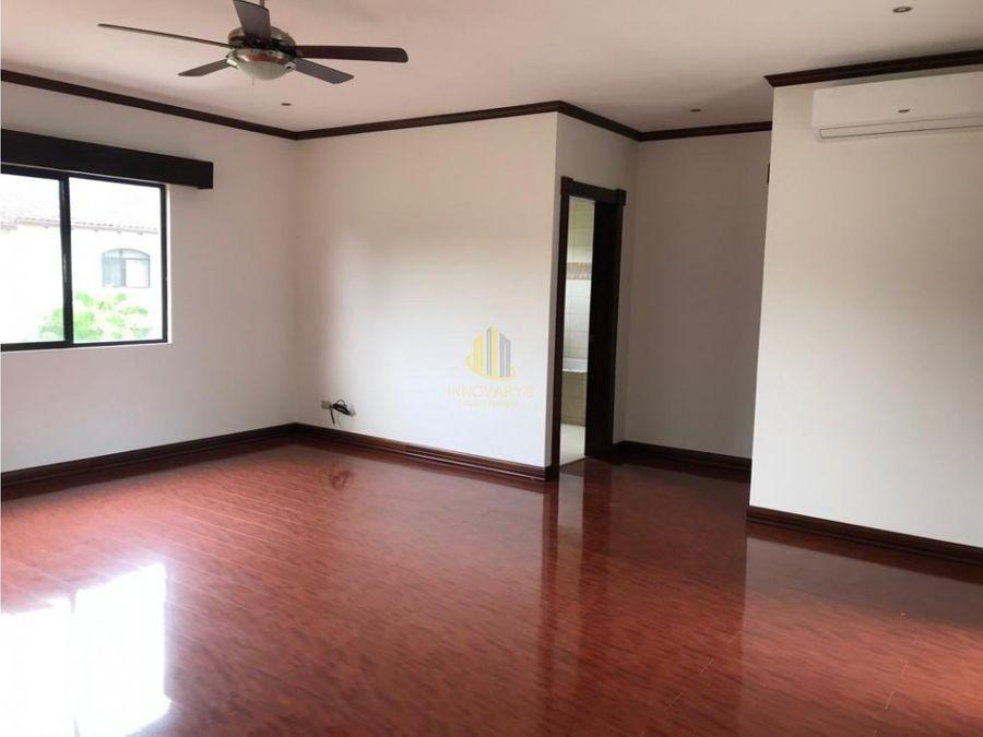espaciosa casa de 4 habitaciones en condominio lindora