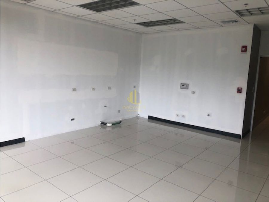oficina remodelada de 272 m2 cerca de multiplaza