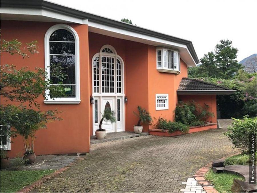 elegante casa con jardines en los laureles escazu en venta