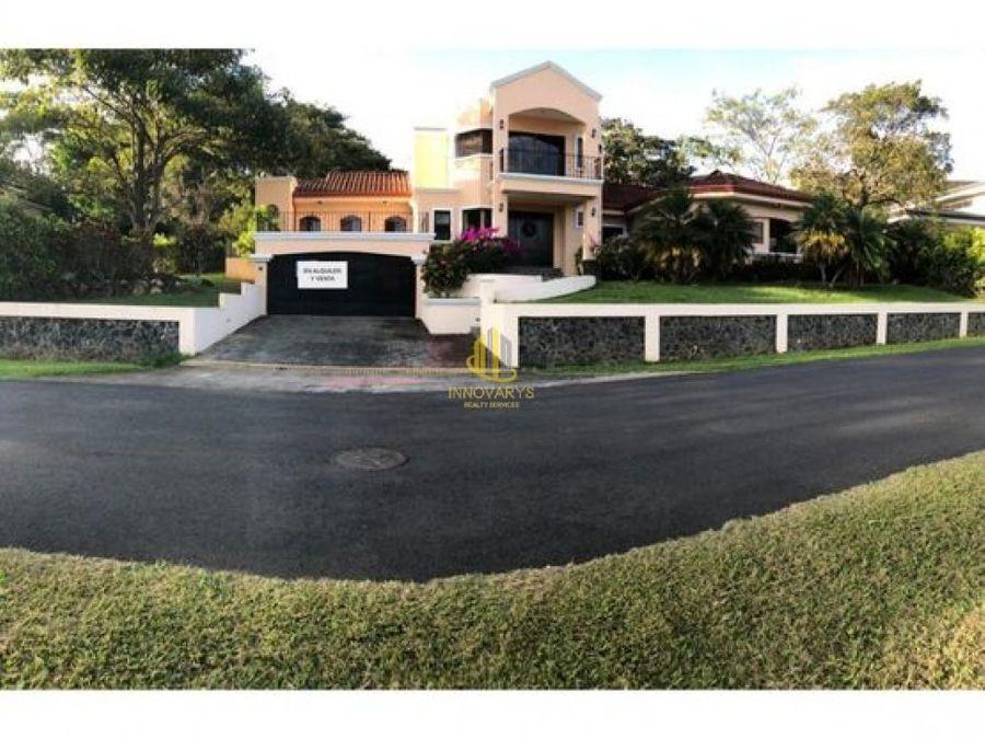 casa de tres niveles en venta los reyes