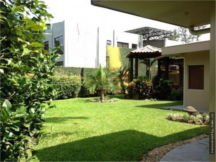 casa independiente con amplios jardines en venta ciudad colon