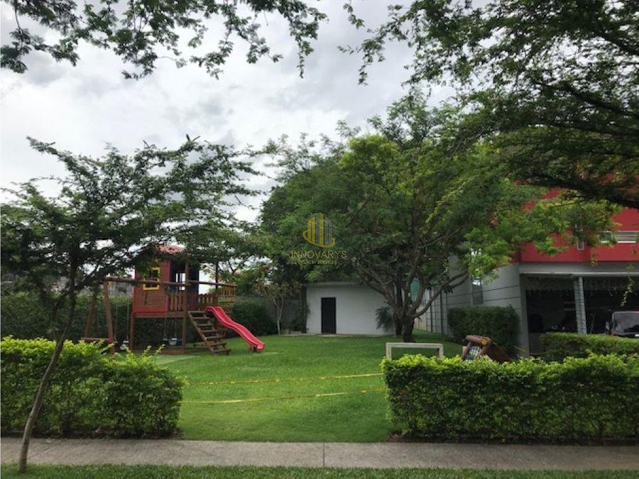 casa con cuarto de servicio en venta condominio en brasil de mora