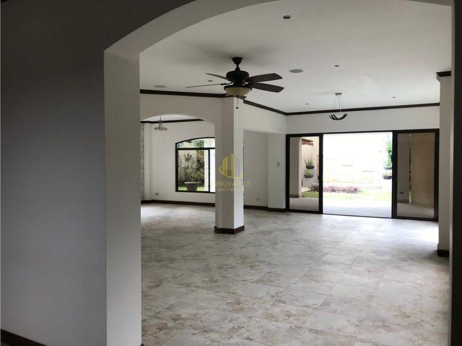 venta de casa en condominio lindora