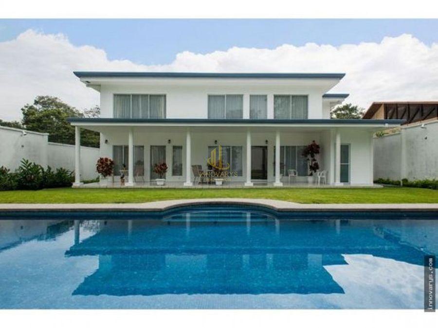 casa con linea blanca y piscina residencial cerrado en brasil de mora