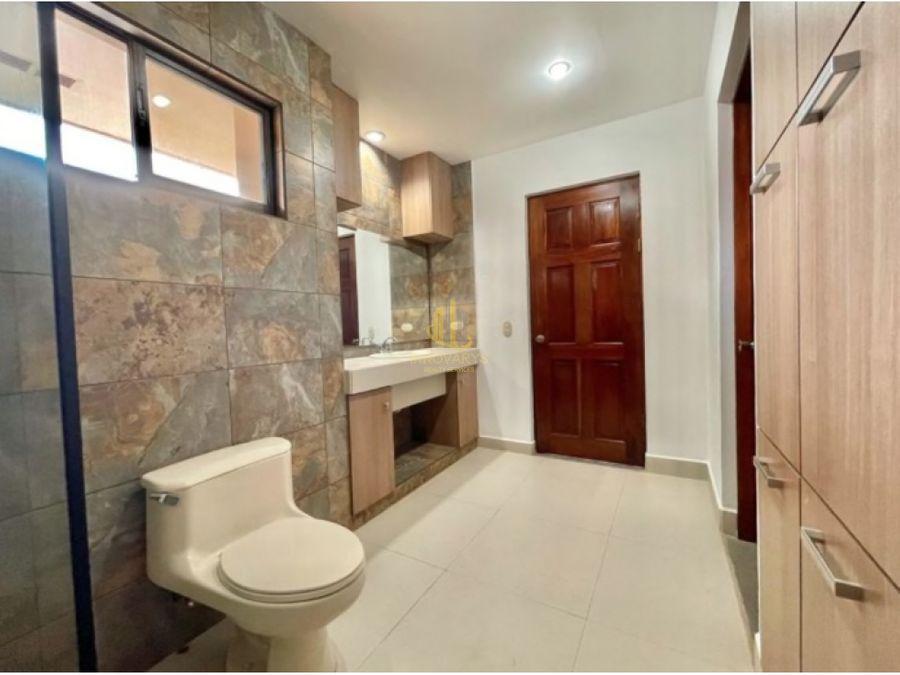 casa de tres niveles en condominio lindora
