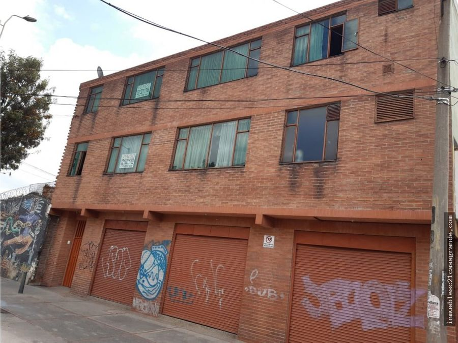 edificio de 3 pisos con 5 locales