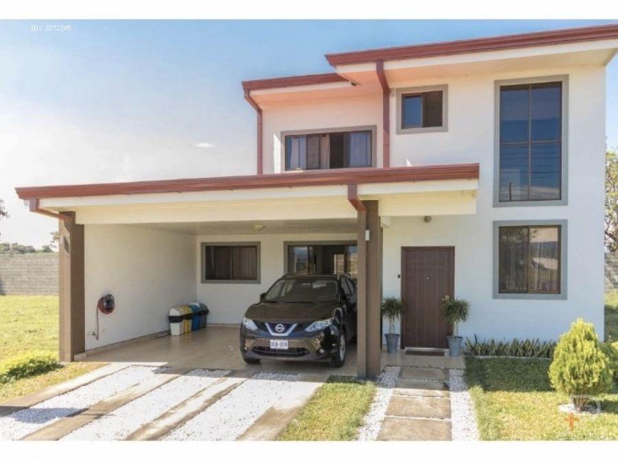 casa con amplio patio en condominio en grecia