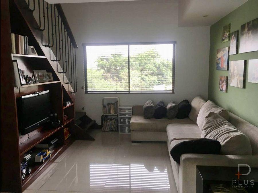 amplia casa en condominio con patio y mezanine