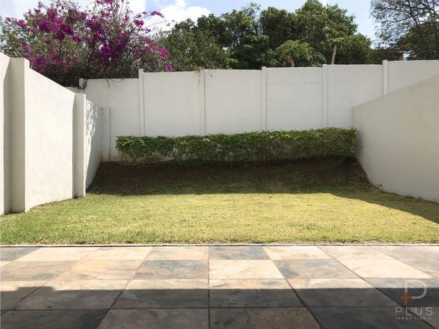 moderna y amplia casa con patio grande