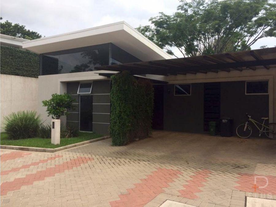 casa de 1 piso con 4 dormitorios y patio