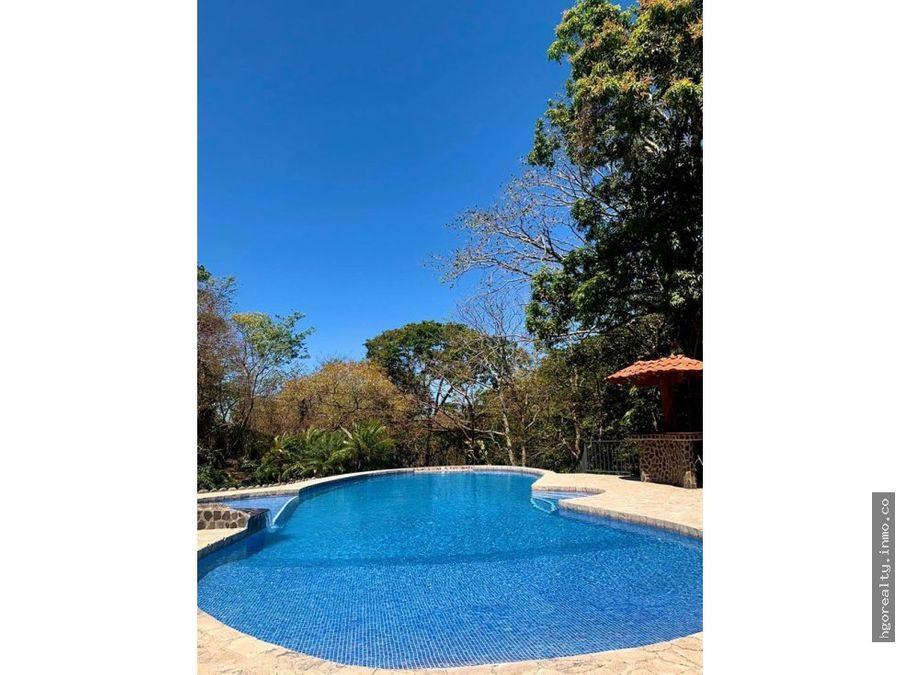 casa rodeada de naturaleza con piscina privada