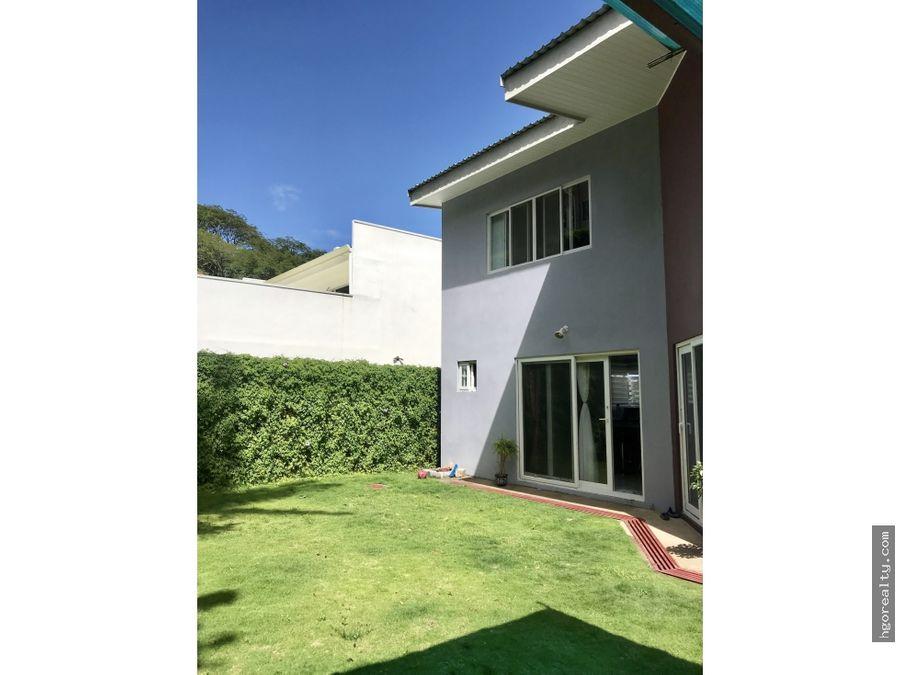casa con amplio jardin en residencial