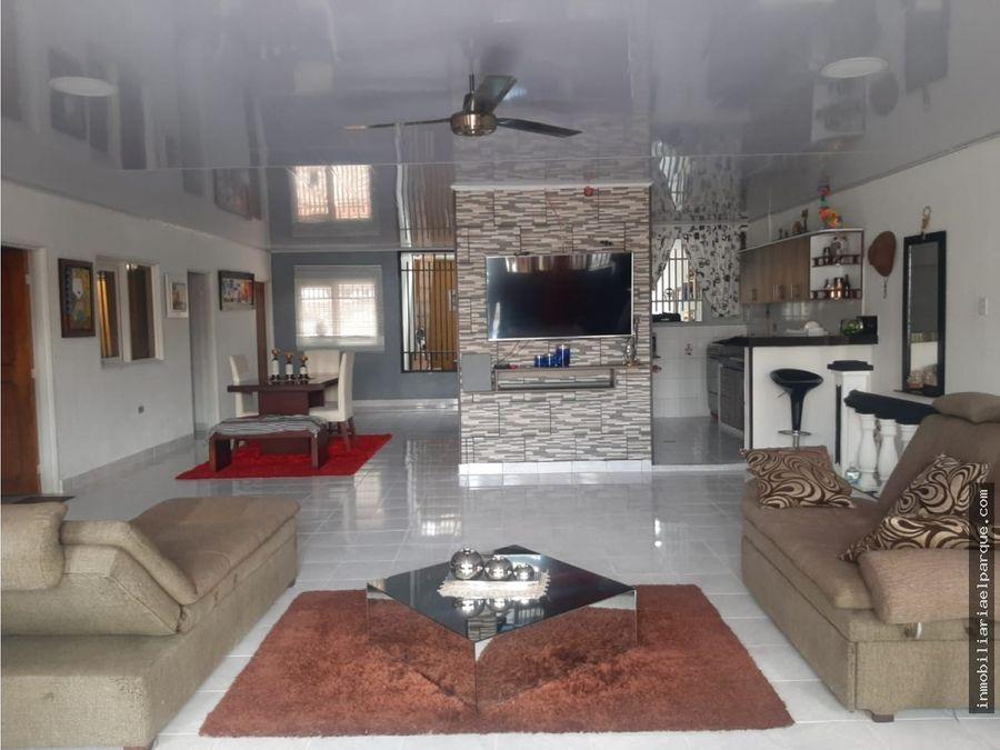 se vende amplia casa en el barrio centenario