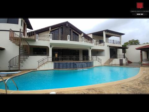 casa con piscina ciudad nueva
