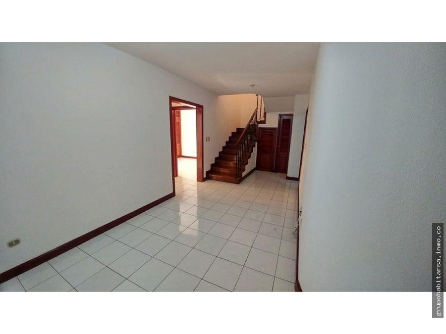 alquilo zona 10 apartamento de 2 niveles y area de servicio