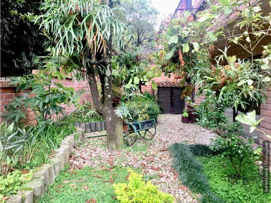venta casa dos niveles con jardin por los parra