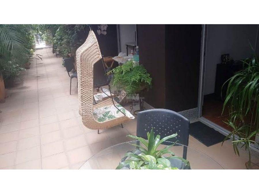 excelente apartamento en parte baja del poblado con terraza