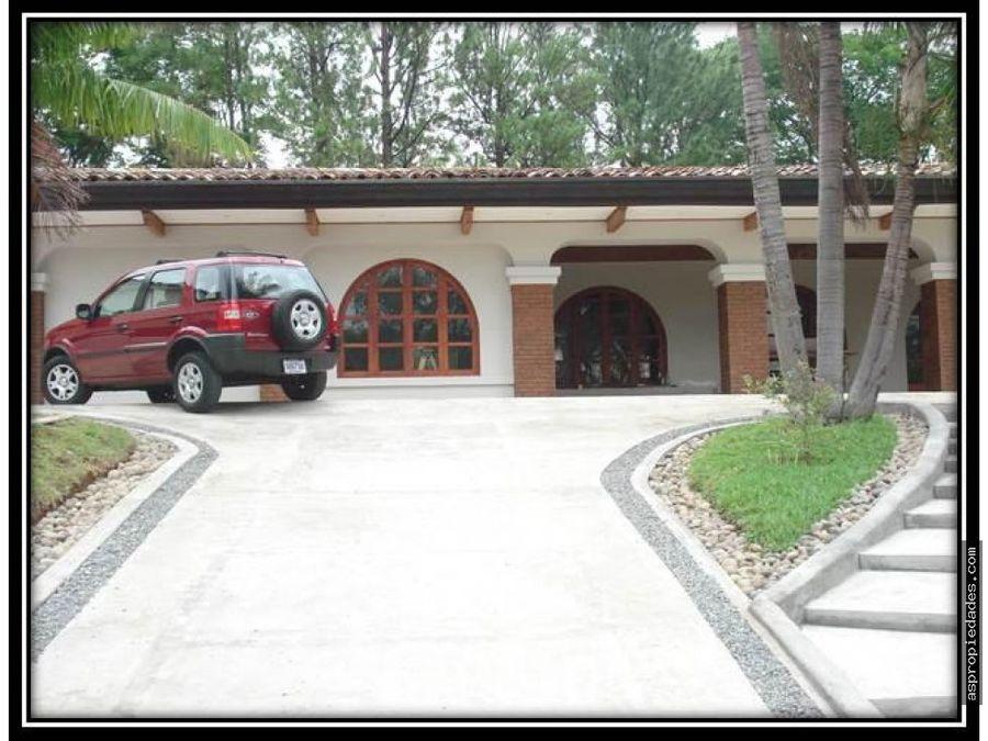 casa amplia de 1 piso en club de golf
