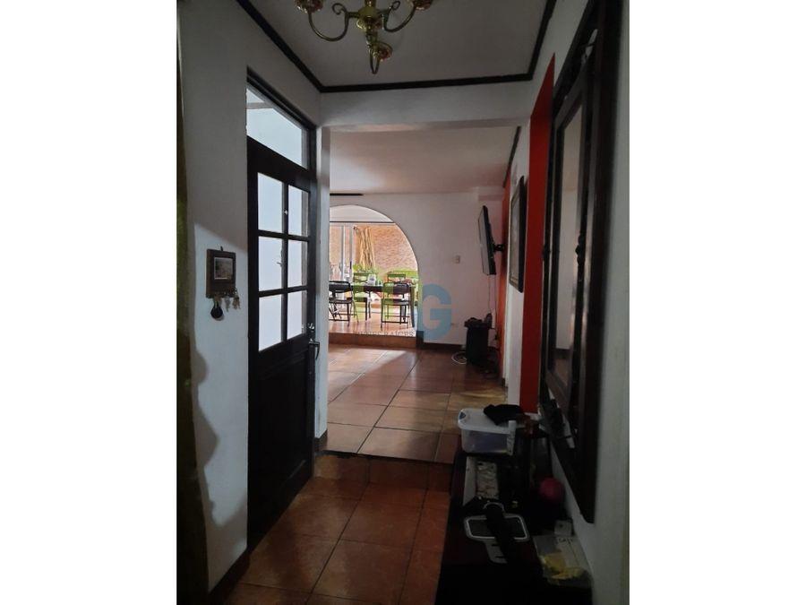 venta de casa de dos plantas en urbanizacion en moravia