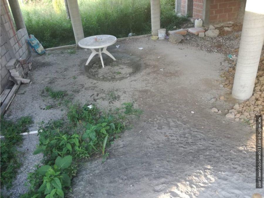 se vende terreno con casa en obra negra