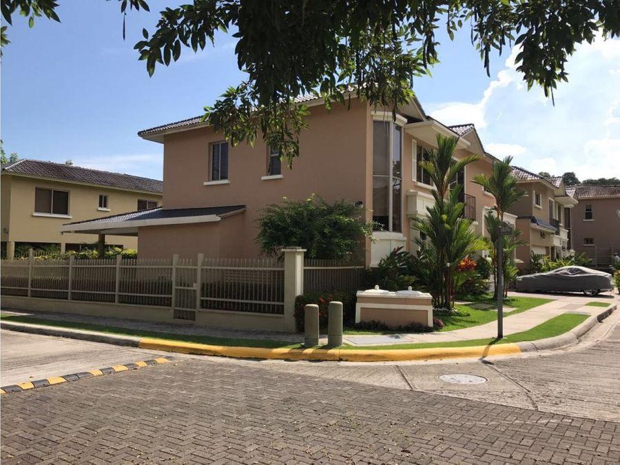 venta bella casa de esquina en embassy garden 590k