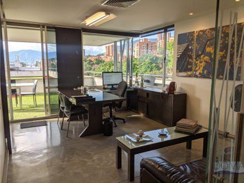 se vende oficina sobre la av el poblado con agradable terraza