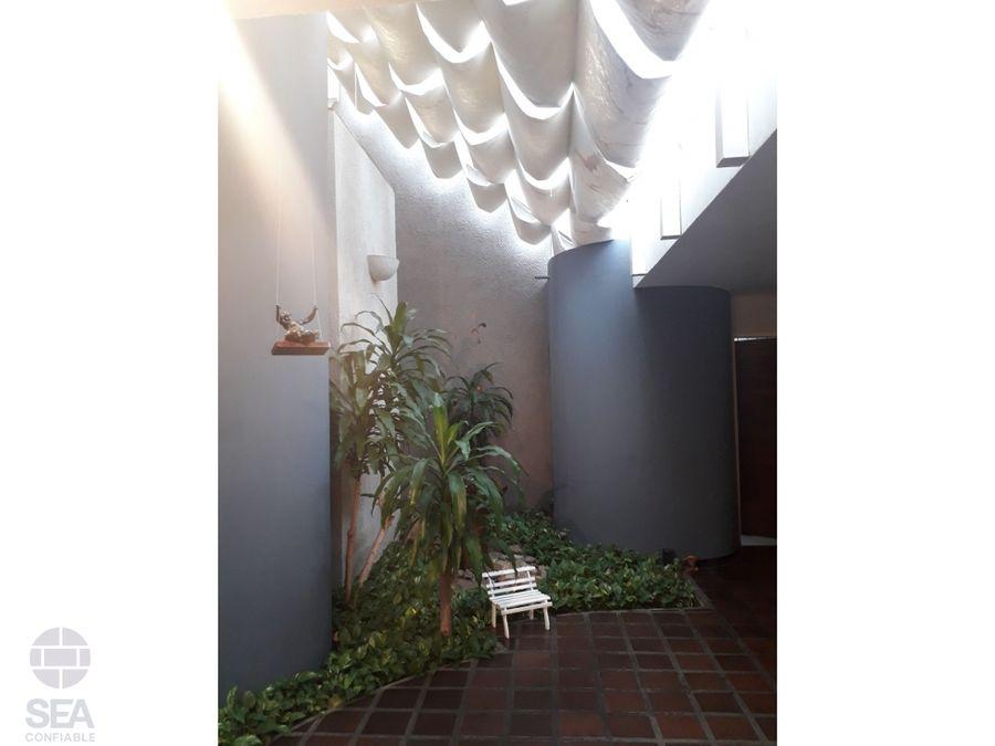 casa con diseno arquitectonico de vanguardia en la urb la trigalena