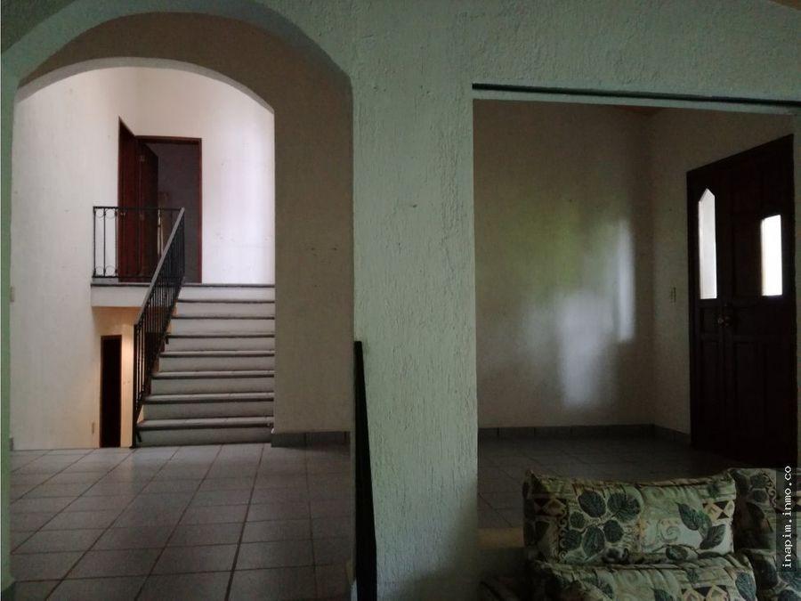 venta amplia casa con desniveles en la ceiba