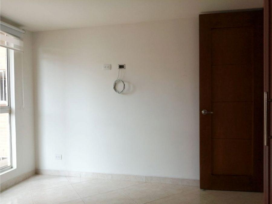 apartamento de 2 alcobas con parqueadero y util en laureles