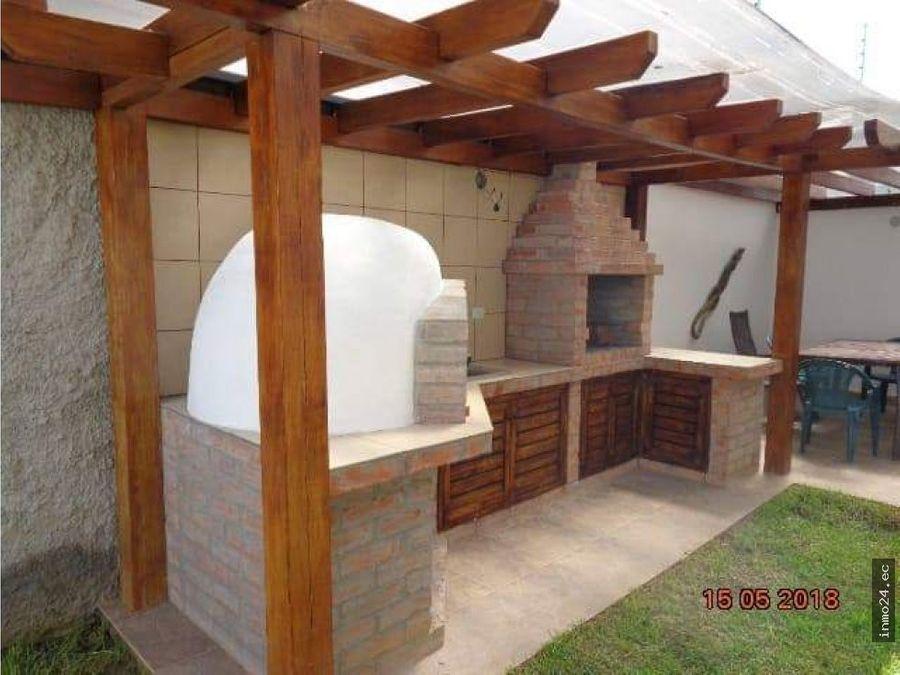 venta casa esquinera amplio jardin y terraza la vina tumbaco