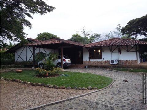 exclusiva casa en venta con lote amplio en pance sur de cali