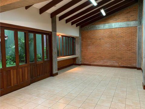 casa en rohrmoser espectaculares espacios con jardin a1149